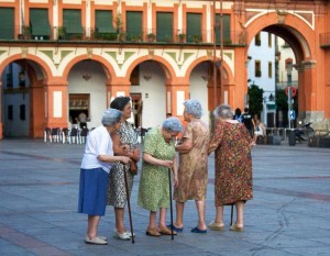 Old women gathering in Plaza Corredera Cordoba / Michael Cohen / Flickr
