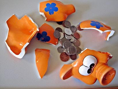 Broken piggy bank/Images Money/flickr
